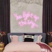 Neon é simplesmente tudo nessa vida decorativa! Você pode ter a parede mais sem graça, o canto mais sem vida, mas é só tacar um neonzinho que, pronto, seu espaço já é outro! Ok que um personalizado não é dos mais baratos de todos, mas olho como eles diferenciam e trazem personalidade a esses espaços! […] The post Decorismo: Neon! appeared first on Fashionismo.