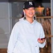 No último 15 looks falamos da onda da calça de moletom-fora-de-casa, agora se teve um item incensado nesse período mais recluso foi o conjunto de moletom! Daí se for tie-dye então, certamente bombou em vários looks caseiros e outros não tanto assim! Olha as ideias que o povo tem botado em prática! Rihanna sendo Rihanna […] The post 15 looks incríveis com conjunto de moletom appeared first on Fashionismo.