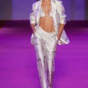 Se tem uma semana de moda que projeta as tendências mais, digamos, acessíveis e usáveis é a New York Fashion Week! E, se você acompanha o Instagram do Fashionismo, sabe que diariamente fazemos nossa RONDA DA FW nos stories e pílulas dos desfiles, tendências e o que de relevante rola no mundo da moda. Daí […] The post Verão 2022: 4 tendências direto da NYFW appeared first on Fashionismo.