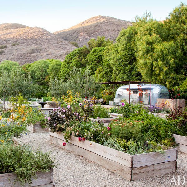 item15.rendition.slideshowVertical.patrick-dempsey-malibu-home-11-gardens-airstream-trailer