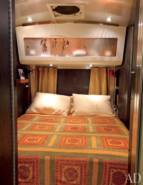 item7.rendition.slideshowVertical.matthew-mcconaughey-airstream-08-bedroom