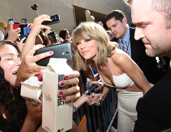 LAS VEGAS, NV – MAY 17:  Singer Taylor Swift takes selfies with fans during the 2015 Billboard Music Awards at MGM Grand Garden Arena on May 17, 2015 in Las Vegas, Nevada.  (Photo by Michael Buckner/BMA2015/Getty Images for dcp)