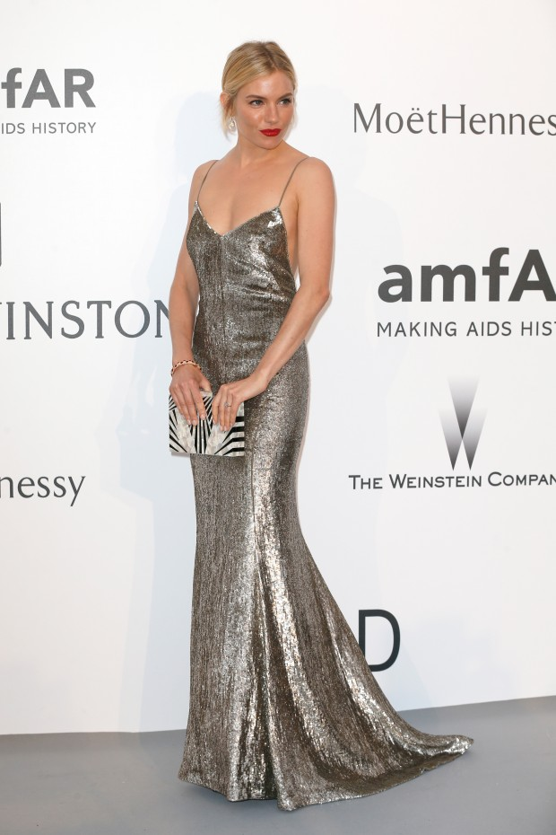 Look do dia Cannes Amfar: sienna miller
