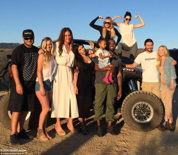 29DEF15C00000578-3134959-Family_time_Caitlyn_Jenner_shared_this_picture_on_Twitter_after_-m-10_1434997651432