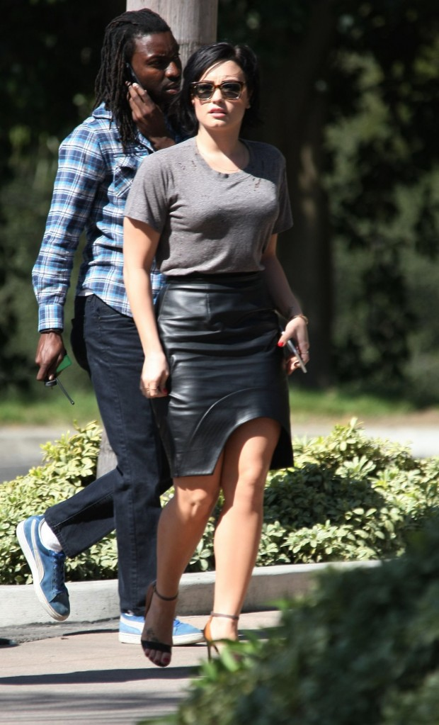 demi-lovato-on-the-set-of-extra-in-universal-city-march-2015_3
