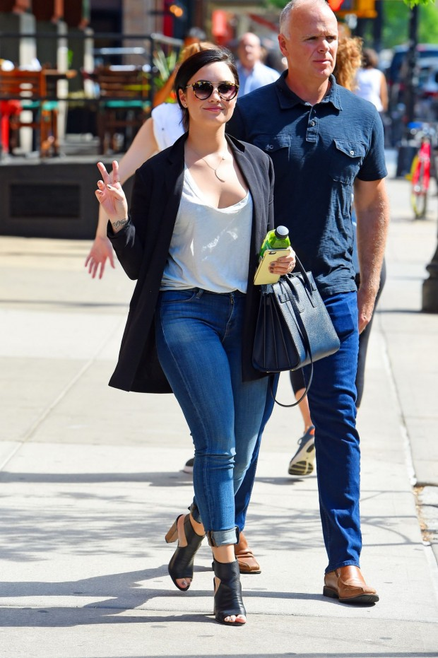 demi-lovato-out-in-new-york-city-may-2015_5