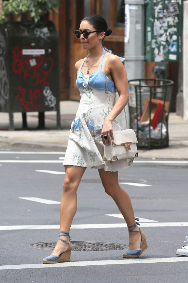 vanessa-hudgens-and-stella-hudgens-new-york-city-june-2015_10