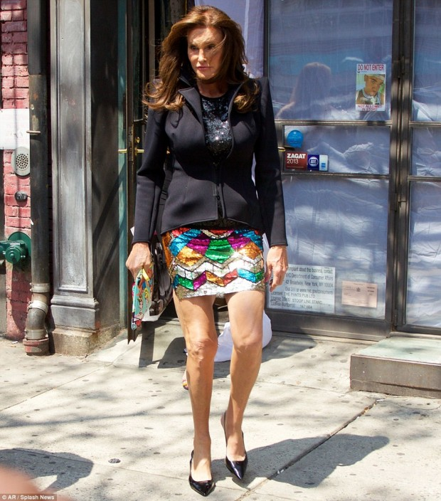 2A1DBE0D00000578-3144694-Her_first_mini_skirt_Caitlyn_Jenner_shows_off_her_own_unique_sty-m-30_1435689786651
