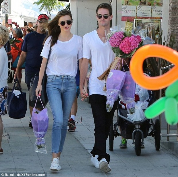 2A7F3AA500000578-3159583-Out_and_about_Miranda_Kerr_and_Evan_Spiegel_were_spotted_togethe-m-4_1436822024420