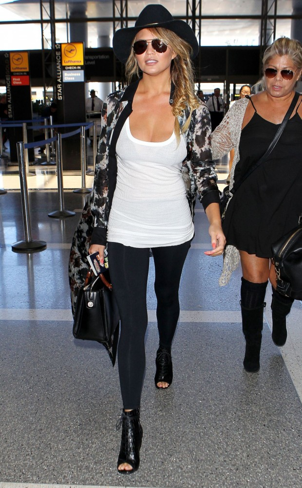 chrissy-teigen-airport-fashion-lax-in-los-angeles-july-2015_15