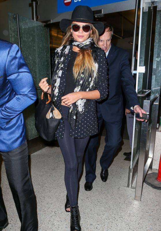 chrissy-teigen-airport-style-at-lax-in-la-june-2015_1_thumbnail
