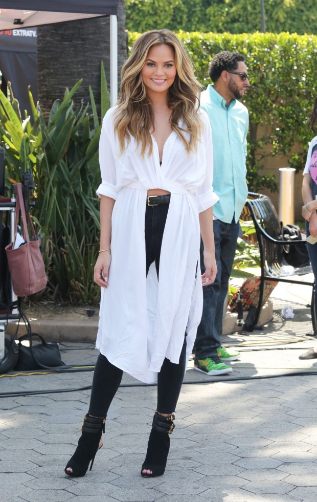 chrissy-teigen-extra-in-la-may-2015_16