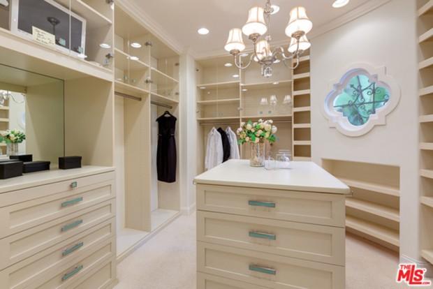 Tyra-Banks-home-9-29-Closet