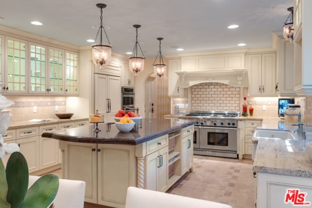 Tyra-Banks-home-9-29-Kitchen
