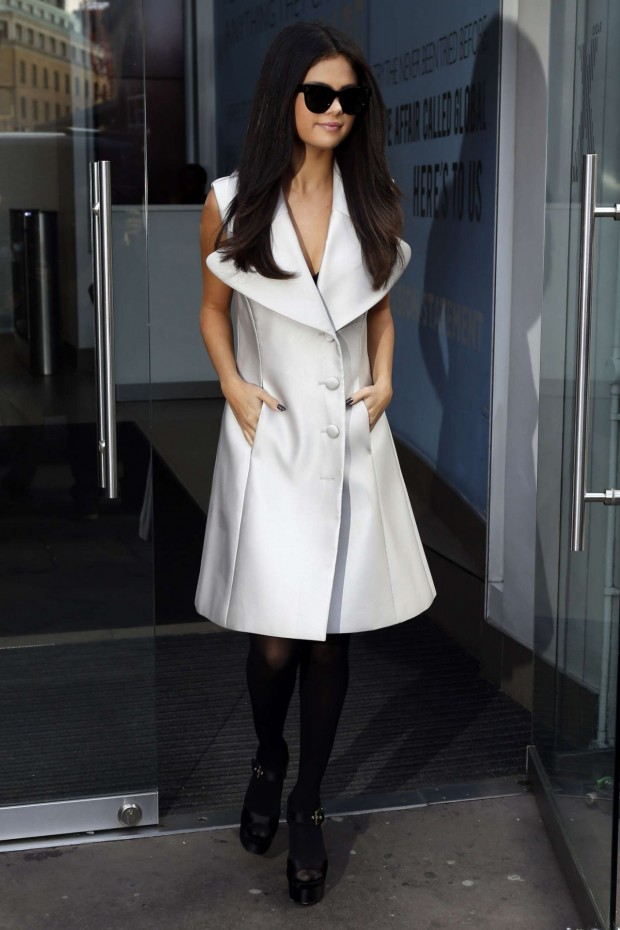 selena-gomez-leaving-the-capital-radio-studios-in-london-september-2015_7