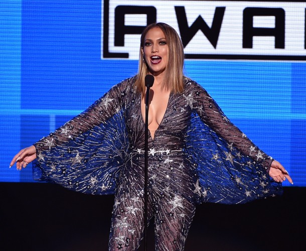 TODOS OS LOOKS DA JENNIFER LOPEZ NO AMERICAN MUSIC AWARDS 2015