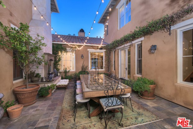 Selena-Gomez-House-11-16-Patio