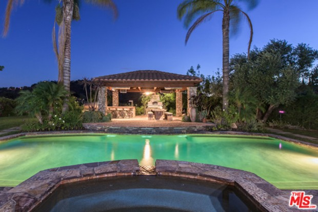 Selena-Gomez-House-11-16-Pool