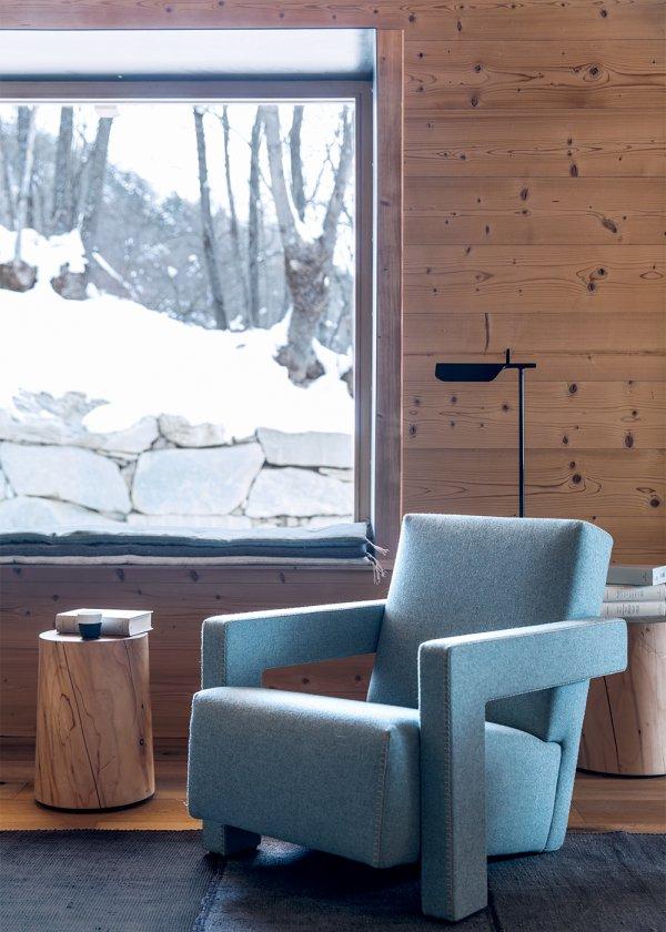 1_coin_detente_avec_fauteuil_design_bleu_dans_chalet