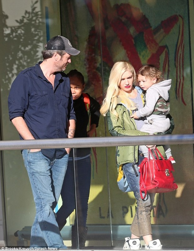 2F7DBA6700000578-3366619-Happy_family_Gwen_Stefani_brought_youngest_son_Apollo_on_a_lunch-m-1_1450483334513