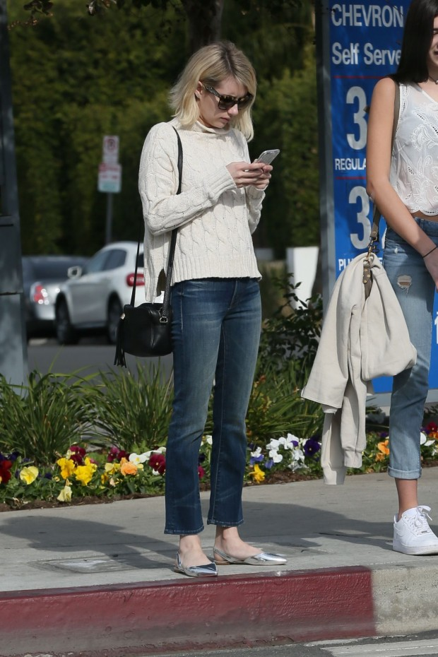 emma-roberts-street-style-out-in-west-hollywood-12-21-2015_2