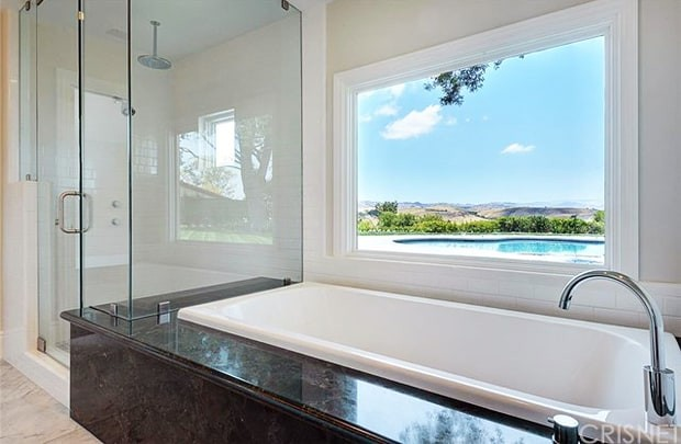 scott-disick-bachelor-pad-bathroom-view-zoom-4aafe998-be1c-41ab-8855-e85a8d072357