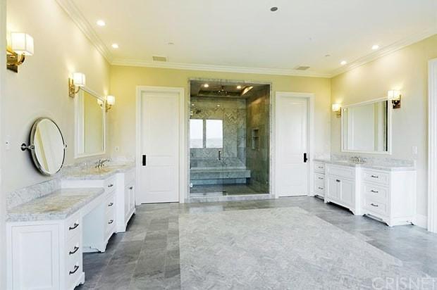 scott-disick-bachelor-pad-bathroom-zoom-ac19de07-64c9-42d4-a8f2-aa043b6d7fd8
