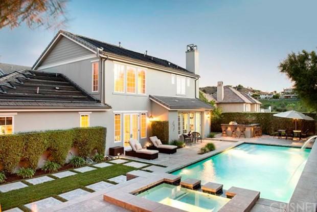 Kris-Jenner-House-In-Calabasas-Backyard-6
