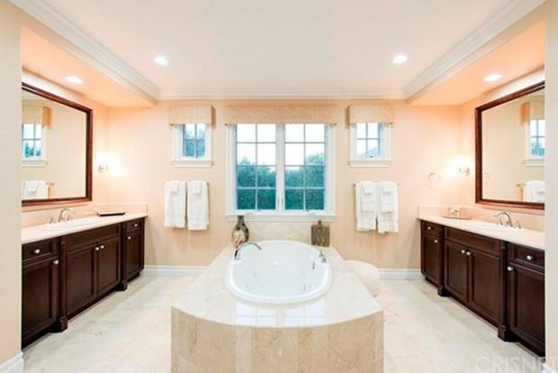 Kris-Jenner-House-In-Calabasas-Bathroom