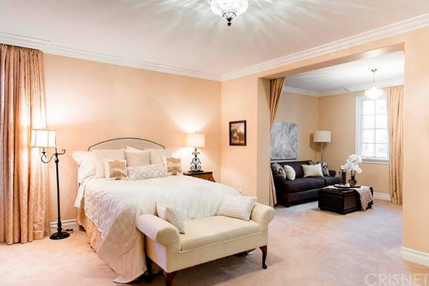 Kris-Jenner-House-In-Calabasas-bedroom-4