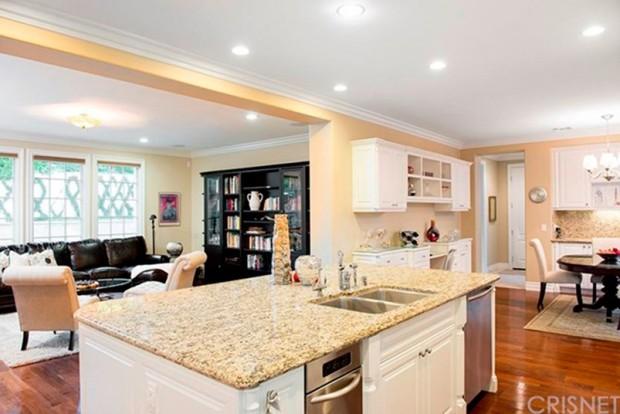Kris-Jenner-House-In-Calabasas-kitchen-3