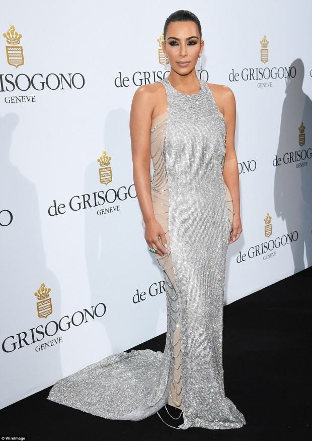 344F91B000000578-3595595-Stealing_the_show_Kim_Kardashian_looked_amazing_as_she_arrived_a-m-27_1463519750039