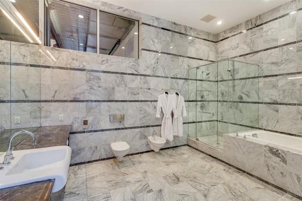 Adam-Levine-And-Behati-Prinsloo-House-in-NY-bathroom