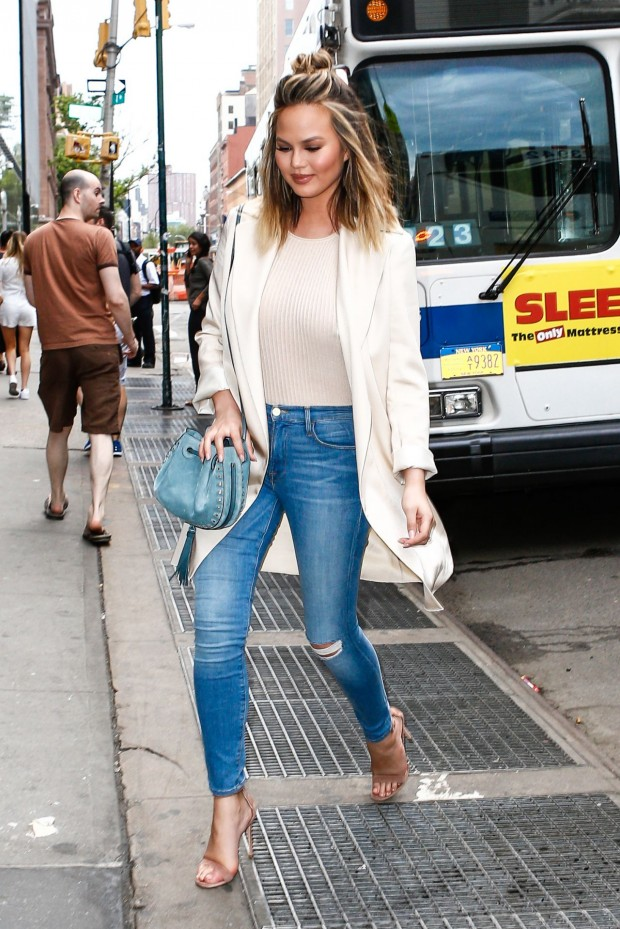 chrissy-teigen-stops-for-a-quick-bite-in-new-york-city-6-7-2016-9