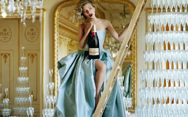 scarlett-johansson-with-champagne
