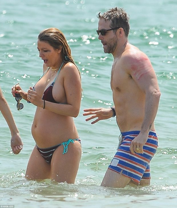 35ece93500000578-3672966-life_s_a_beach_blake_lively_put_her_growing_bump_on_full_display-m-91_1467626301439