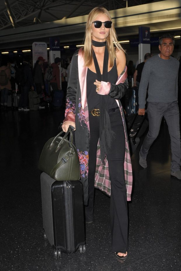 rosie-huntington-whiteley-travel-outfit-jfk-airport-in-new-york-city-10-17-2016-4