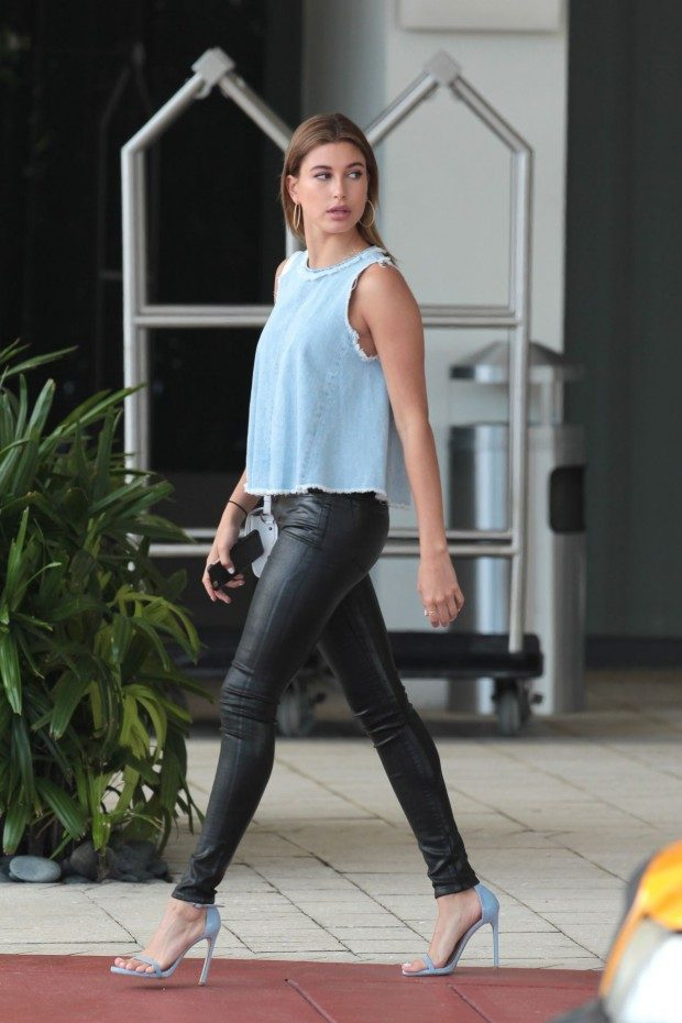 hailey-baldwin-leaving-her-hotel-to-head-to-the-2015-vous-conference-miami_3-620x930