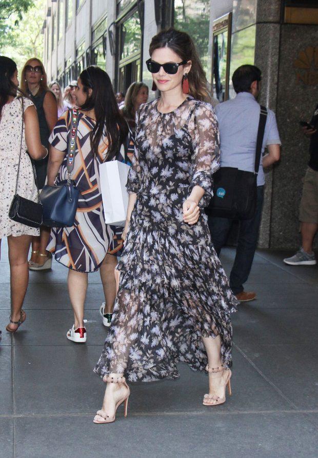 Rachel Bilson, que saudades de você. Nossa eterna Summer Roberts foi vista  assim plena pelas ruas de Nova York. Adorei o vestido florido com leve ... 29170562d0