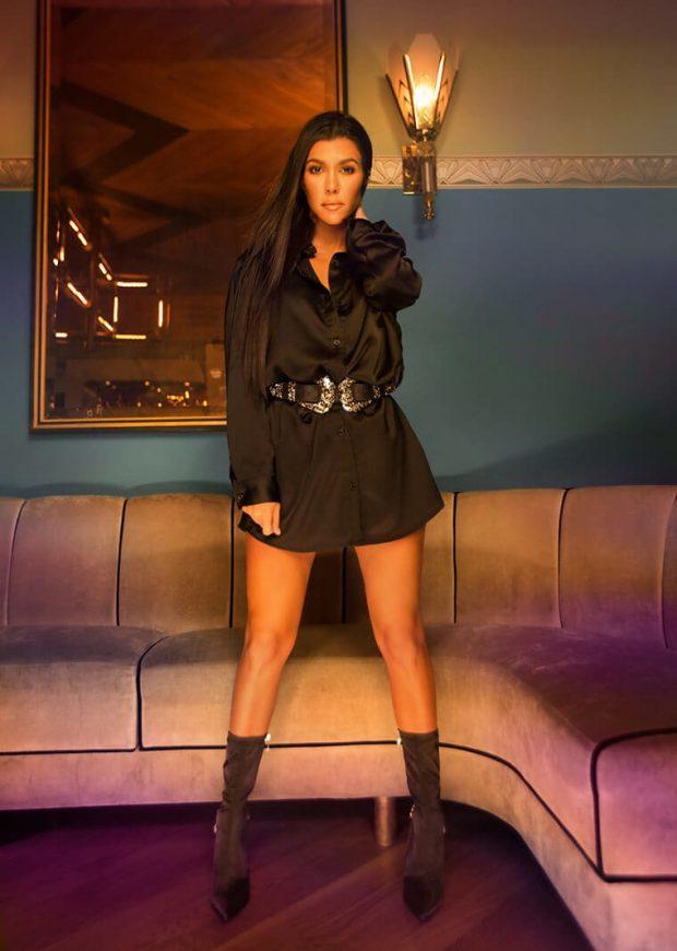 """fe11db3a9138 A peça favorita da Kourt? Apesar dos inúmeros vestidinhos, ela garante que  adora o macacão de cetim preto, """"amo uma peça versátil e que pode ser usada  de ..."""