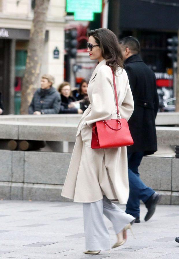 Looks Angelina Jolie