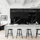 Preto no branco: apartamento minimalista e sofisticado em Nova York
