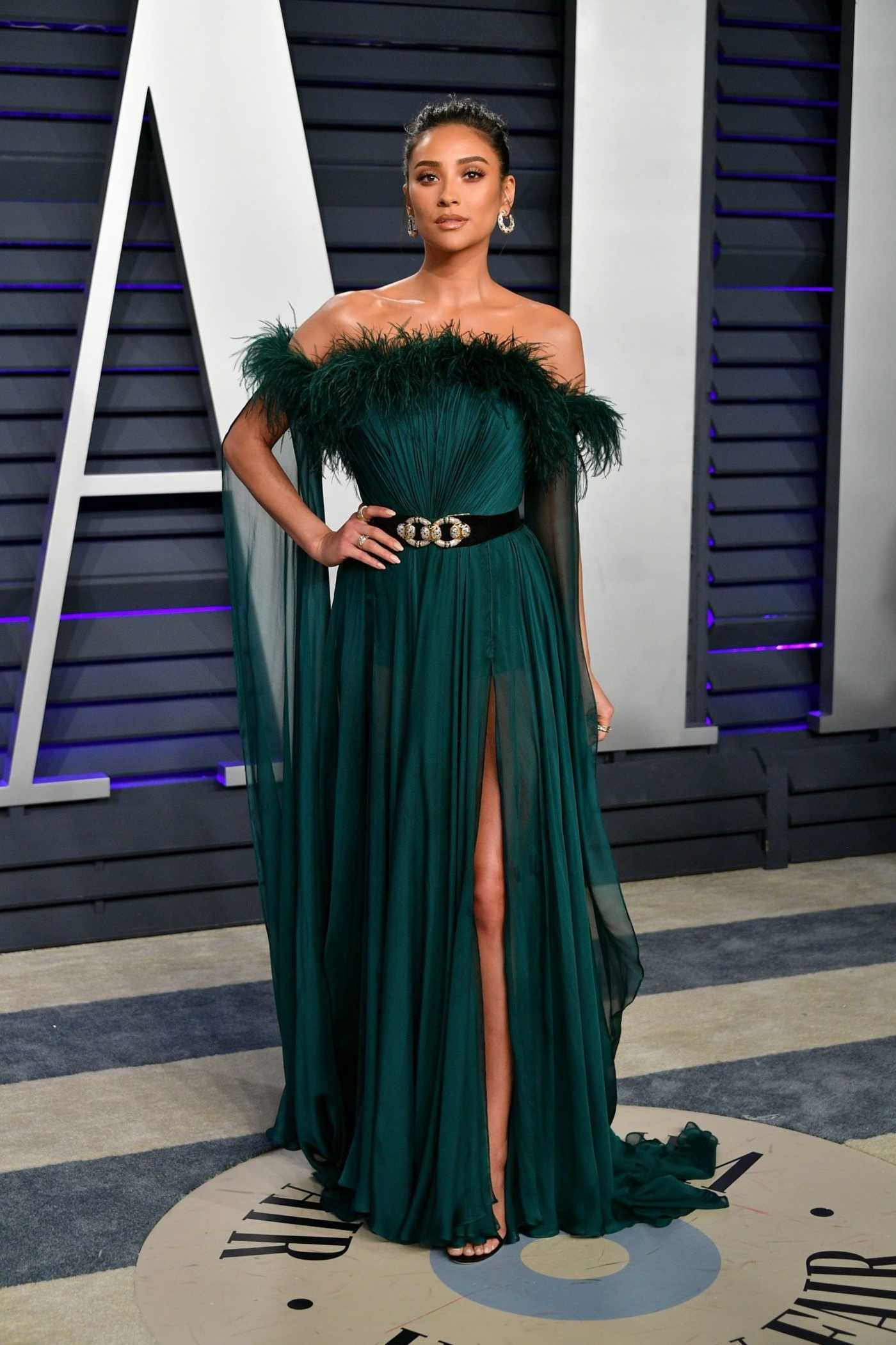 Shay Mitchell Attends 2019 Vanity Fair Oscar Party In Beverly Hills 02 24 2019 1 Fashionismo